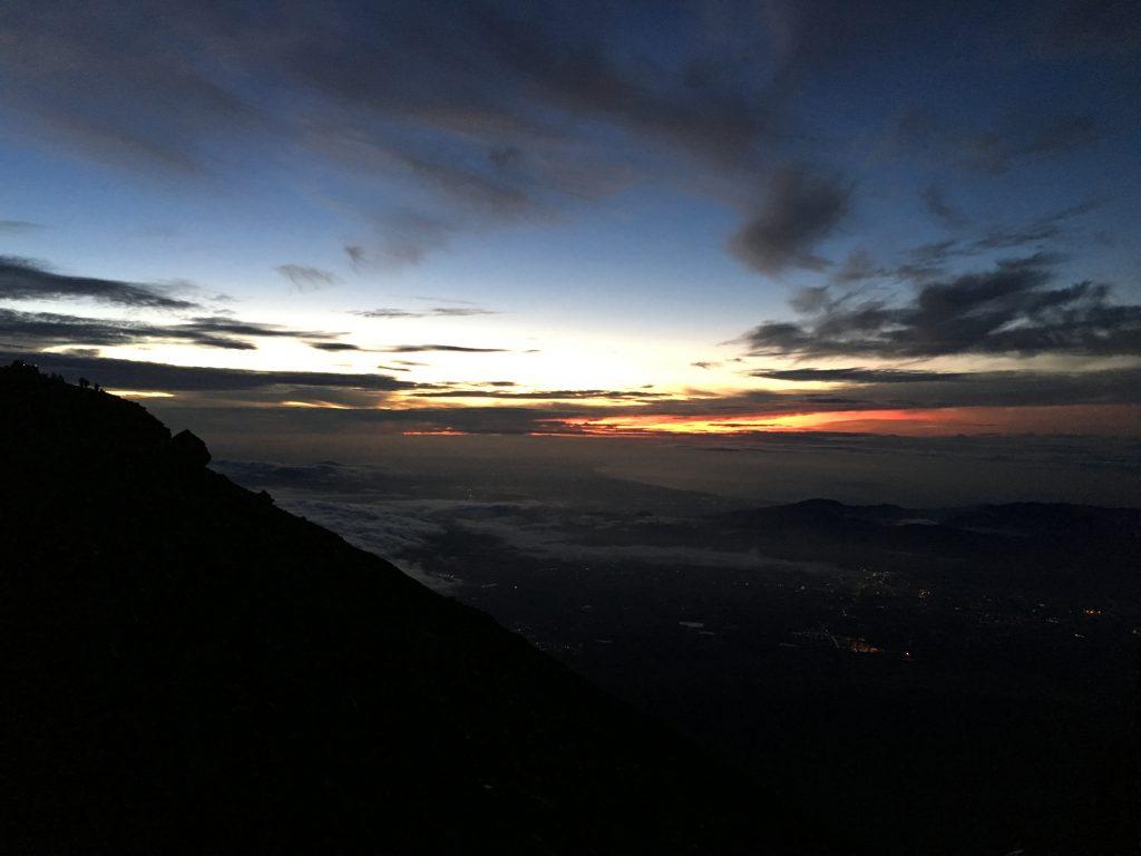 富士山山頂日の出待ち